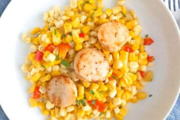 corn and red pepper salad with seared scallops