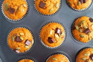 healthy pumpkin chocolate chunk muffins